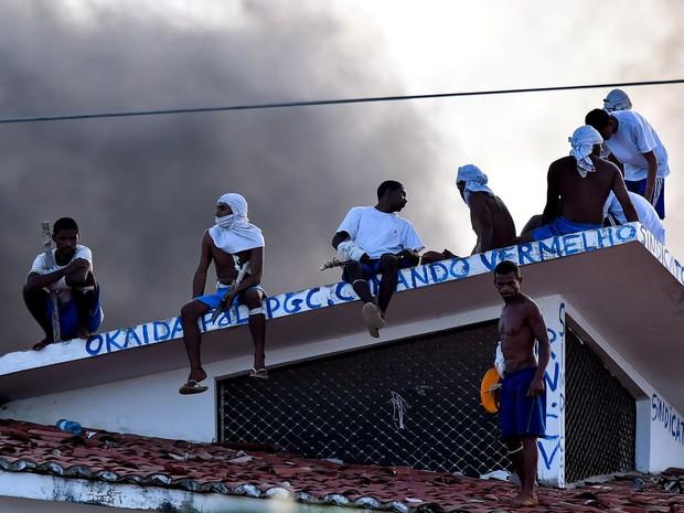 Presos são vistos no telhado durante uma rebelião na penitenciária de Alcaçuz, perto de Natal, no Rio Grande do Norte (Foto: Josemar Gonçalves/Reuters)