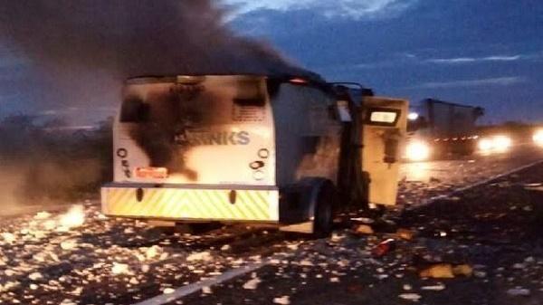 Quadrilha explode carro forte em Acarati-CE
