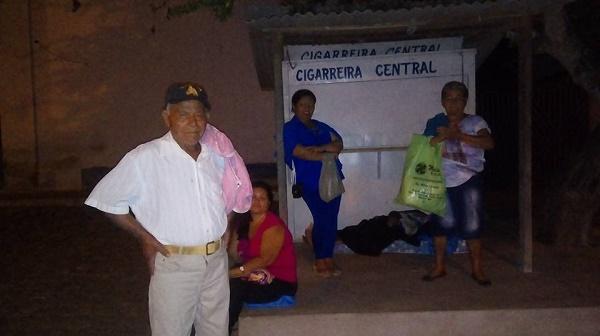 Pessoas passam a noite em frente a Central do Cidadão