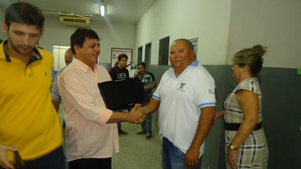 Prefeito MAurício faz doação de computador ao setor de identificação do Itemp da Central do Cidadão