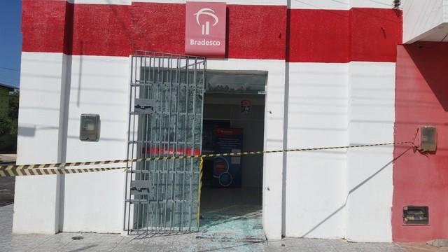 Como não encontraram dinheiro nos Correios, bando investiu contra agência do Bradesco, que também foi arrombada (Foto: Reeskennedy Diácomo/Nova Pedro Velho)