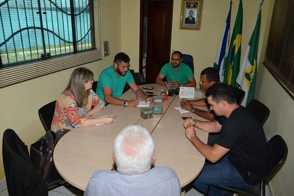 Vereadores reunidos com o prefeito e Secretária Municipal de Saúde