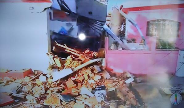 Explosão destruiu por completo o terminal eletrônico do Bradesco (Foto: InterTV)