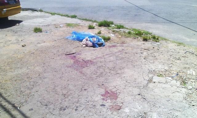 Corpo foi encontrado dentro de um saco de farinha, despejado em um lava jato no bairro das Quintas, na Zona Oeste de Natal (Foto: PM/Divulgação)