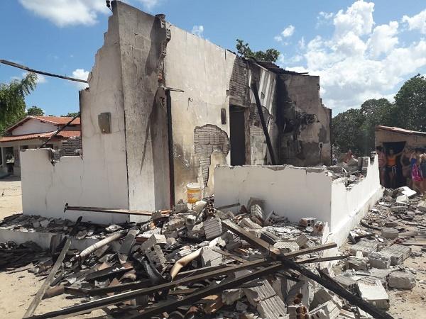 Resultado de imagem para Botijão de gás explode e destrói casa na comunidade do Amarelão