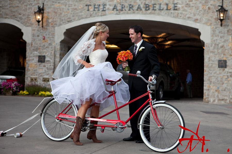 Llega a la celebración en bicicleta