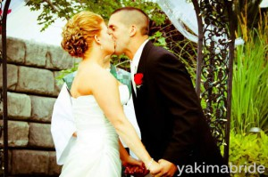 Beso entre los novios