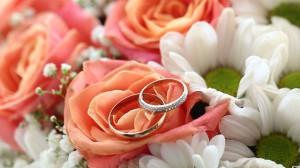 Anillos de boda en flores