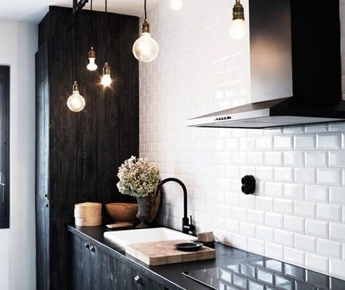 Mobilier pentru bucătărie închis la culoare. Un nou trend