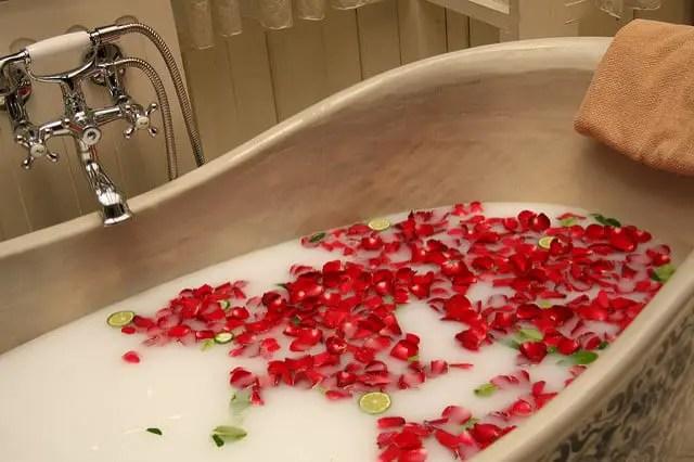 cada-de-baie-cu-spuma-si-trandafiri