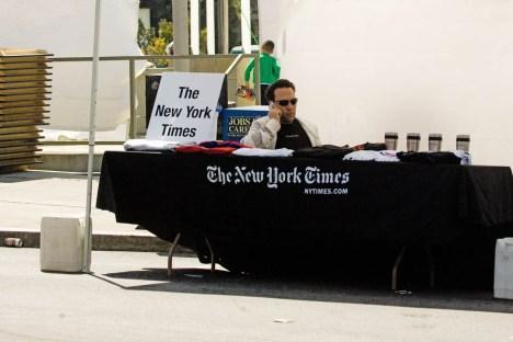 Un hombre vende suscripticiones a The New York Times en la ciudad de San Francisco. Según el blog San Francisco Citizen, es el trabajo más solitario del planeta (foto de http://sfcitizen.com/)