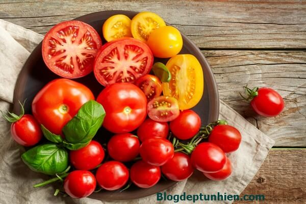 Tomatoes are used a lot by women to make skin masks, it also has antibacterial and acne-fighting effects.