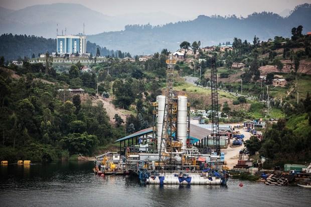 Platforma de extragere gaz metan - Lacul Kivu
