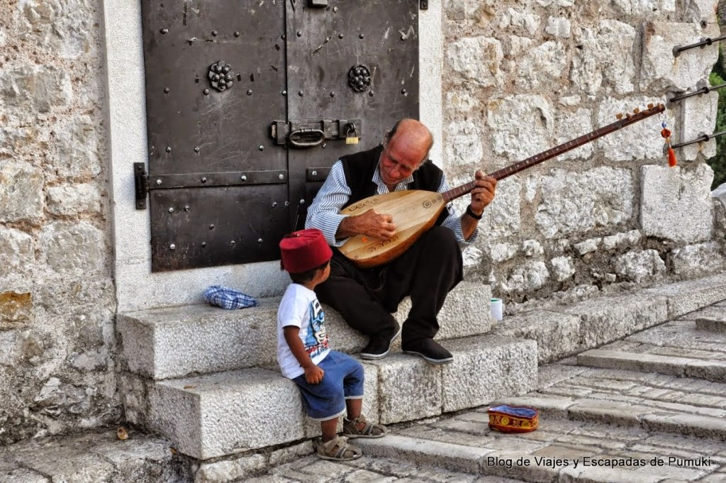 Musico en las calles de Mostar
