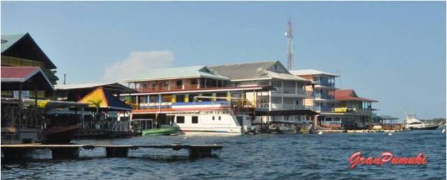 Desde el mar, la llegada a Bocas del Toro da una imagen de casas de colores con pilones sobre el agua. En Blog de Viajes, Bocas del Toro con niños