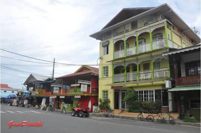 Fachadas en la calle principal de Bocas del Toro.En Blog de Viajes, Bocas del Toro con niños