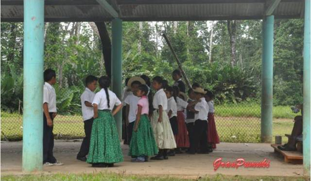 Niños con trajes típicos en el colegio por el interior de Isla Colón. En Blog de Viajes, Bocas del Toro con niños