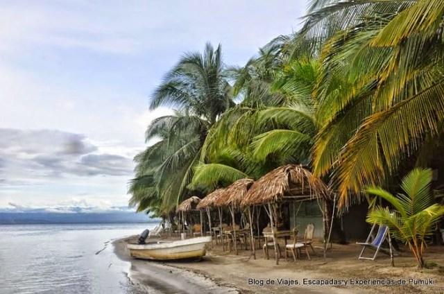 Barca en Playa Estrella, en Bocas del Toro, Panamá, un paraisó