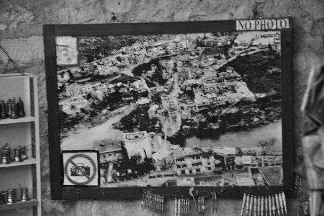 Mostar destruido tras el bombardeo de 1993. Hoy renace con incipiente turismo y explota los iconos de la guerra. Viaje en Blanco y Negro