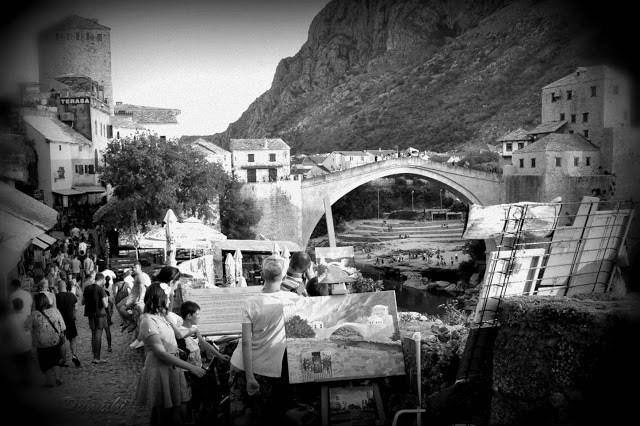 Puente de Mostar en el Centro Histórico. Ha sido reconstruido tras la guerra y es Patrimonio de la humanidad. Viaje en Blanco y Negro