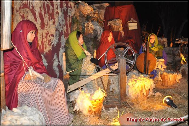 Mujeres tejiendo en el Belen Viviente de Buitrago