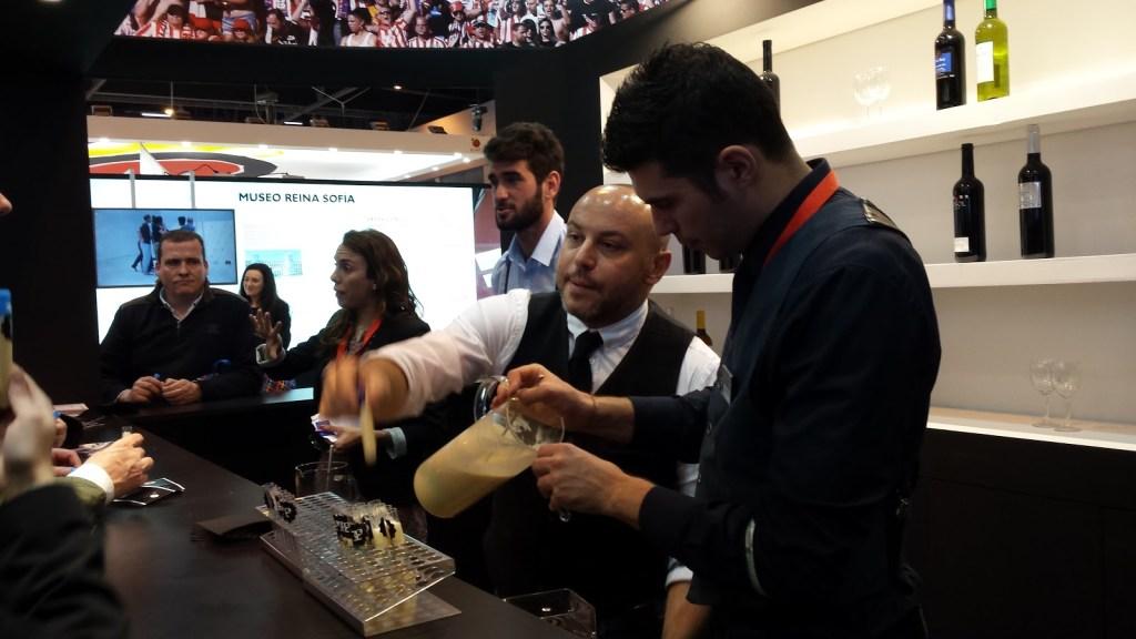 Preparando cócteles en la feria de turismo de Madrid FITUR
