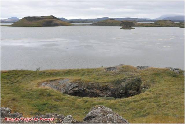 Formaciones geológicas de pseudo cráteres al borde del lago Mývatn en Islandia