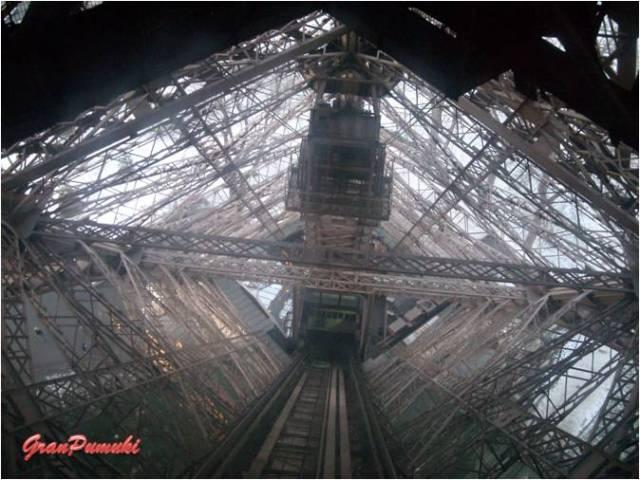 estructura interiior de la Torre eiffel. La Torre Eiffel de Paris, fue construida en el año 1989 con motivo de la Exposición Universal. En Blog de Viajes, Torre Eiffel, Paris.