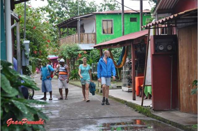 El paseo por la calles principal de Tortuguero es tranquilo y agradable, eso si, por calles sin asfaltar. En Blog de Viajes de Pumuki, Costa Rica, Tortuguero