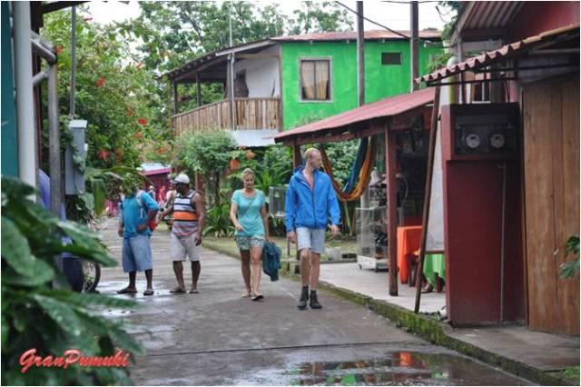 Paseando por las Calles de Tortuguero