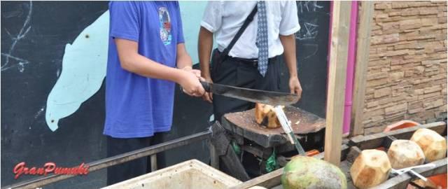 Preparando cocos para beber y comer en Tortuguero. En Blog de Viajes, Costa Rica