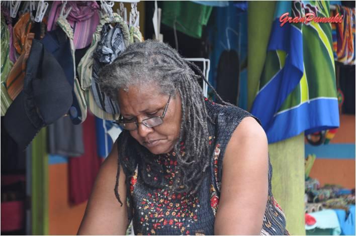 Gentes de Tortuguero dedicadas a la artesanía