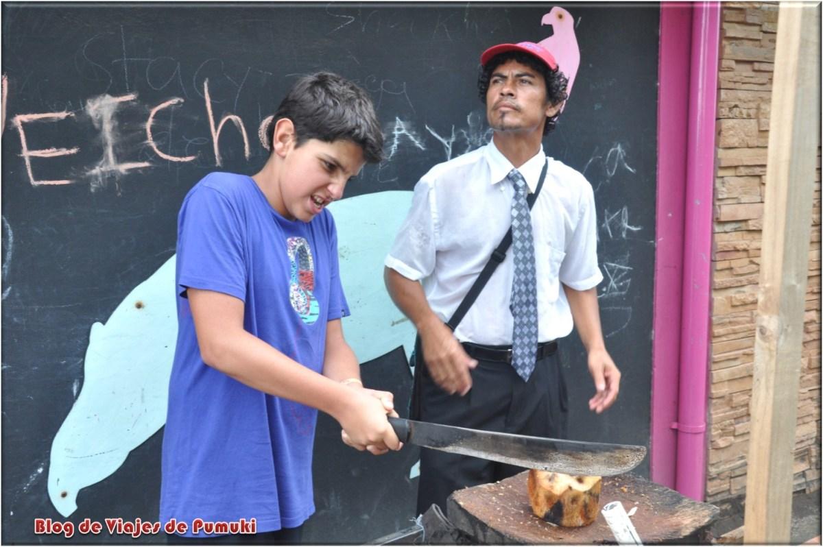 Cortando cocos para comer en tortuguero