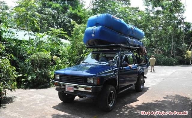 Coche Todo Terreno transportando las lanchas neumaticas para el rafting de Costa Rica