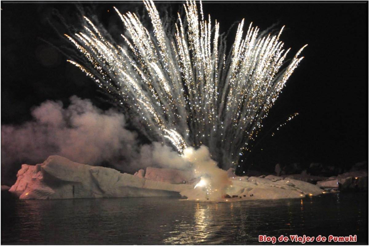 Fuegos artificiales en lago glaciar de Jokulsarlon