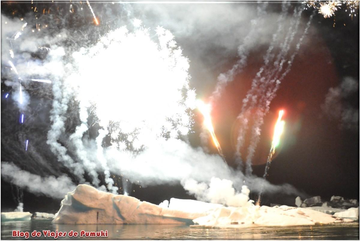 Fuegos artificiales en verano en Jokulsarlon