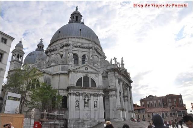 La Basílica de la Salud se encuentra en el Dorsoduro, en Venecia.