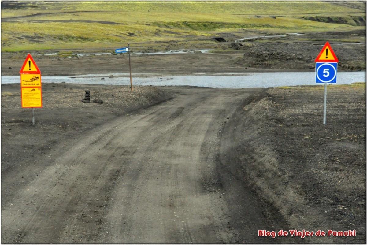 Cruce de río en camino a Landmannalaugar, Islandia