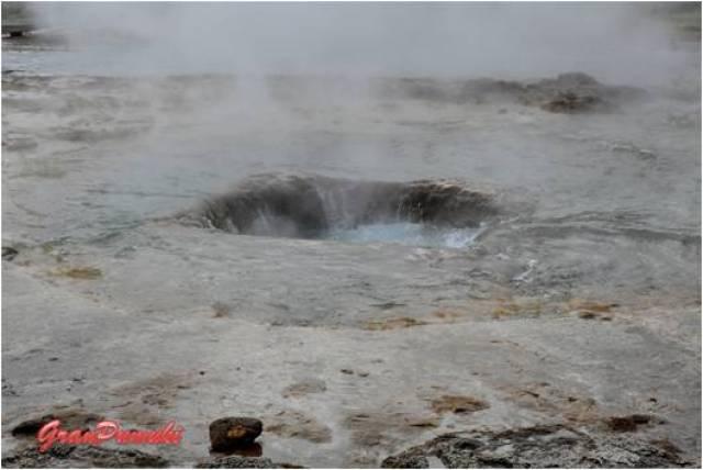 Geiser Strokkur. El agua es succionada poco antes de la erupción de agua hirviendo