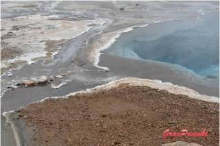 Tierras con gran cantidad de minerales procedentes del agua de los geiseres en geysir. En Blog de Viajes de Pumuki