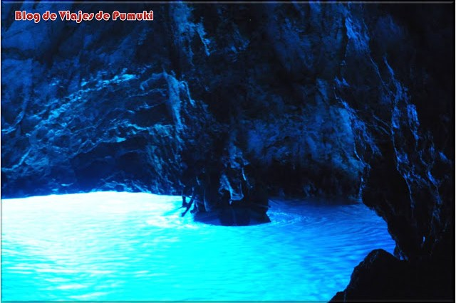 Interior de cueva Azul. El color se debe a la luz que entra a través del agua desde el exterior de la cueva. Bisevo, Croacia