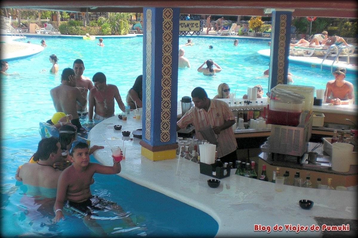 Aquí puedes ver el bar en la piscina del hotel en Riviera Maya