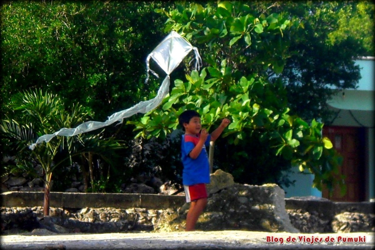 Niño maya juagando con cometa en Yucatán