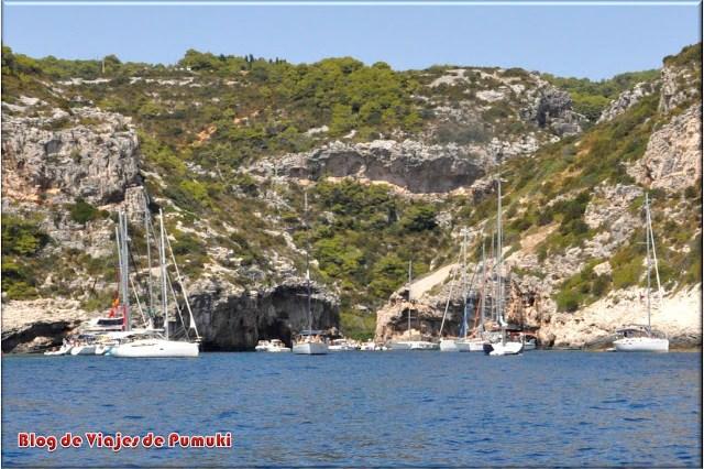 Playa de Stiniva, abarrotada de barcos en Verano, en la isla de Vis