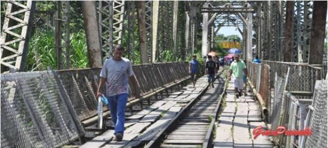 La frontera de Sixaola separa Costa Rica de Panamá. No es facil el paso ni por lo administrativo ni por el estado del puente. Blog de Viajes a Costa Rica con niños