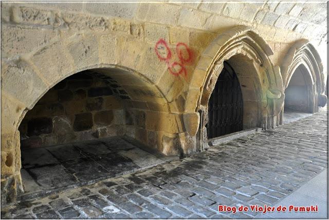 La calle Nagusia Kalea comienza en el pasadizo bajo la iglesia de San Salvador en Guetaria.