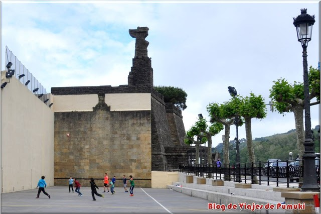 Fronton junto al Monumento a Elcano, Guetaría