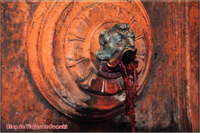 Fuente de vino en el Laberinto del Castillo de Buda en Budapest