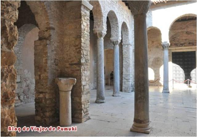 Atrio de la Basílica Eufrasiana de Poreč en Istria, Croacia