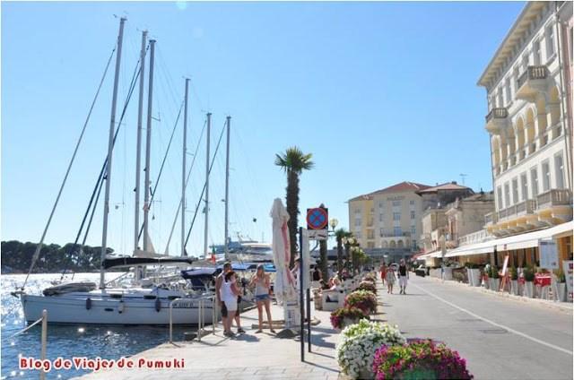 Paseo y puerto náutico de Poreč en Istria, Croacia